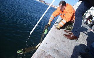 Υπάλληλοι του δήμου Θεσσαλονίκης ανασύρουν ηλεκτρικά πατίνια από τον κόλπο του Θερμαϊκού, Τρίτη 7 Ιανουαρίου 2020. Η επιχείρηση