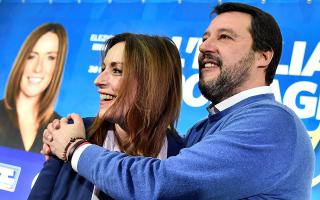 Ο Σαλβίνι με την αποτυχούσα υποψήφιά του για την προεδρία της Εμίλια Ρομάνια, στην Μπολόνια, χθες.