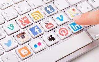 Ο κόσμος του Διαδικτύου (social media, νέες οικονομικές δραστηριότητες, δυνατότητες επικοινωνίας κ.λπ.) υπενθυμίζει τη συγκλονιστική δυνατότητα της απρόβλεπτης καινοτομίας, που μόνον μια ανοιχτή κοινωνία μπορεί να επωάσει. SHUTTERSTOCK