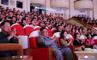 Φωτογραφία που έδωσε στη δημοσιότητα το βορειοκορεατικό πρακτορείο δείχνει τον Κιμ Γιονγκ Ουν, τη σύζυγό του και τη θεία του σε εκδήλωση για την Πρωτοχρονιά.