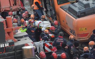 Σωστικά συνεργεία ανασύρουν σορό από συντρίμμια του σεισμού στην ανατολική Τουρκία/EPA.