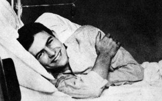 Ο Ερνεστ Χέμινγουεϊ την περίοδο που νοσηλευόταν στο αμερικανικό στρατιωτικό νοσοκομείο στο Μιλάνο, προτού του ραγίσει την καρδιά η νοσηλεύτρια Αγκνες.