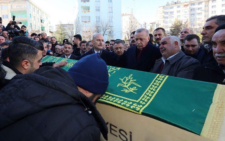 Τουρκία: Ο Ερντογάν στην κηδεία θύματος του σεισμού (φωτογραφίες)