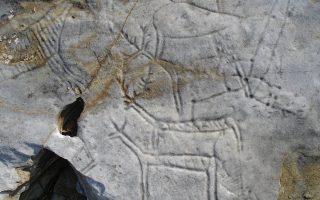 Οι βραχογραφίες ανακαλύφθηκαν το 1966 και ανάγονται στην όψιμη εποχή του χαλκού (περί την 3η χιλιετία π.Χ.)