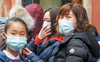 Η δυνατότητα των υγειονομικών αρχών να αντιμετωπίσουν τον ιό προκαλεί ανησυχία, σύμφωνα με τη Moody's.