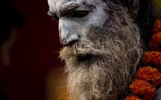 Της δημιουργίας και της καταστροφής. Στολισμένοι με στάχτη και λουλούδια, ιερείς και πιστοί συρρέουν στον ναό Pashupati στο Κατμαντού. Αφορμή οι εορτασμοί Maha Shivratri,  τα γενέθλια του θεού Σίβα, του θεού της δημιουργίας και της καταστροφής.  EPA/NARENDRA SHRESTHA