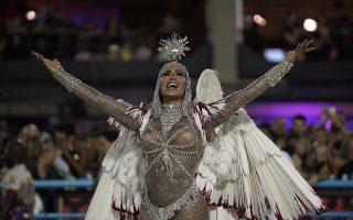 Η βασίλισσα. Εντυπωσιακή και απαστράπτουσα η επικεφαλής της σχολής  Uniao da Ilha χαιρετά το κοινό στο σαμποδρόμιο του Ριο ντι Τζανέιρο. (AP Photo/Leo Correa)