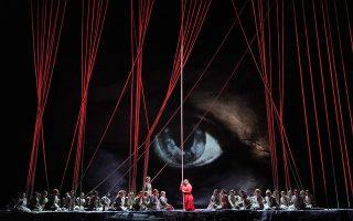 Στο Met. Μια νέα παραγωγή του «Ιπτάμενου Ολλανδού» ανεβαίνει στην φημισμένη σκηνή της Νεας Υόρκης σε σκηνοθεσία Francois Girard. Στην φωτογραφία σκηνή από την δεύτερη πράξη με την σοπράνο Anja Kampe. (Metropolitan Opera/Ken Howard via AP)