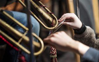 Πως ακούς μουσική όταν δεν ακούς; Τα κονσέρτα κλασικής μουσικής για παιδιά με προβλήματα ακοής, δόθηκαν με αφορμή την επέτειο των γενεθλίων του Λούντβιχ βαν Μπετόβεν, έναν από τους σπουδαιότερους συνθέτες όλων των εποχών. Η ορχήστρα  Obuda Danubia στο Κέντρο Μουσικής της Βουδαπέστης έδωσε την δυνατότητα στους «ακροατές» να νιώσουν τις νότες μέσω των δονήσεων των οργάνων, ενώ άλλοι κρατούσαν φουσκωμένα μπαλόνια στην αγκαλιά τους που μέσω του αέρα μετέφεραν τους ήχους.  EPA/Marton Monus