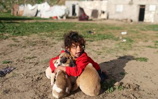 Η καλύτερη παρέα. Μπορεί η μικρή Παλαιστίνια να είναι ξυπόλυτη αλλά καλύτερη παρέα δεν θα βρεθεί στον κόσμο για το παιχνίδι της, εκεί στα χωράφια της Λωρίδα της Γάζας. REUTERS/Ibraheem Abu Mustafa
