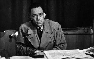Το 1956, o Αλμπέρ Καμύ επιτίθεται στην «εκφαυλισμένη πολιτική των εθνών», που επέτρεψε την είσοδο της φρανκικής Ισπανίας στον ΟΗΕ. Την ίδια χρονιά, καταδικάζει την καταστολή της Ουγγρικής Επανάστασης και την εισβολή των σοβιετικών στρατευμάτων στη Βουδαπέστη. RENE SAINT PAUL/RUE DES ARCHIVES