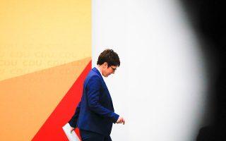 H 57χρονη Ανεγκρετ Κραμπ-Κάρενμπαουερ παραιτήθηκε αιφνιδιαστικά χθες από την προεδρία του Χριστιανοδημοκρατικού Κόμματος της Γερμανίας, ανοίγοντας εκ νέου την κούρσα για τη διαδοχή της Aγκελα Μέρκελ στην καγκελαρία και επαναφέροντας στο παιχνίδι διεκδικητές από τη δεξιά πτέρυγα του κόμματος.