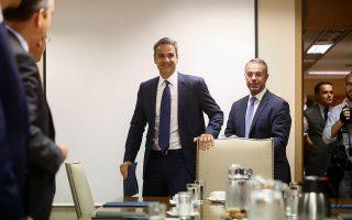 Aυτό που επιδιώκει ο πρωθυπουργός Κυριάκος Μητσοτάκης είναι να κάνει πιο «εύκολη» τη ζωή όποιου θέλει να επενδύσει στην Ελλάδα, αίροντας εμπόδια που λειτουργούν ως τροχοπέδη (στη φωτ. με τον υπουργό Οικονομικών Χρήστο Σταϊκούρα).