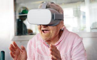 Η ηλικιωμένη κυρία απολαμβάνει την ξενάγηση στο Μουσείο Κυκλαδικής Τέχνης μέσω της εικονικής πραγματικότητας (φωτ. Paris Tavitian)