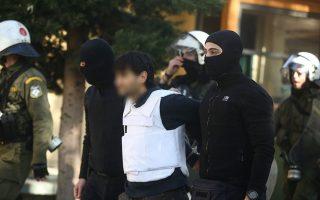 Προφυλακιστέοι κρίθηκαν οι τρεις κατηγορούμενοι, ο «Τοξοβόλος του Συντάγματος» και οι δύο γυναίκες, που οδηγήθηκαν στον ανακριτή την Παρασκευή. Κατά τη σύλληψή τους, την Τετάρτη, στην Αγία Παρασκευή οι αστυνομικοί εντόπισαν οπλισμό στο κλεμμένο μπλε Toyota Rav, ενώ στα σακίδιά τους μετέφεραν ρούχα διαφόρων μεγεθών και είδη μεταμφίεσης. INTIME NEWS