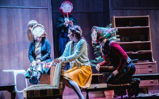 Στην παράσταση, οι τρεις-ως-μία γυναίκες χάνουν την προσωπικότητα και τα ιδιαίτερα χαρακτηριστικά τους.
