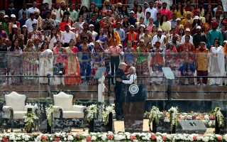 O Aμερικανός πρόεδρος Ντόναλντ Τραμπ με τον Ινδό πρωθυπουργό Ναρέντρα Μόντι στην κοινή εμφάνιση και ομιλία τους σε στάδιο της πόλης Αχμενταμπάντ, όπου αποθεώθηκαν από 100.000 πολίτες. A.P./AIJAZ RAHI