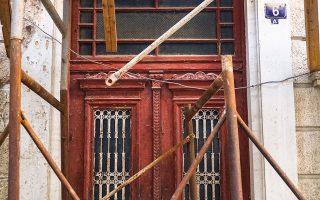 Η εξώθυρα στο ερειπωμένο σπίτι της οδού Λήθης 6Α, πάροδος Αγίου Μελετίου. ΝΙΚΟΣ ΒΑΤΟΠΟΥΛΟΣ