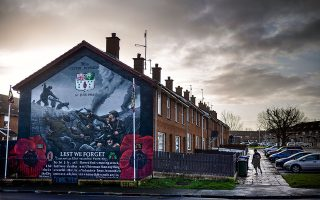 Τοιχογραφία που τοποθετήθηκε στις 19 Δεκεμβρίου 2019 σε συγκρότημα κατοικιών στο Portadown της Βόρειας Ιρλανδίας και απεικονίζει τάγμα πεζικού με καθολικούς και προτεστάντες που πολέμησαν στη Μάχη του Σομ, στον Α' Παγκόσμιο Πόλεμο. Φωτογραφίες: AP Photo/David Goldman