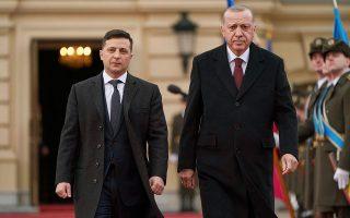 Νωρίτερα τη Δευτέρα, ο Ερντογάν έγινε δεκτός στο μέγαρο Μαριίνσκι του Κιέβου από τον Ουκρανό πρόεδρο Βολοντίμιρ Ζελένσκι με τον οποίο είχε συνομιλίες σχετικές με τις εμπορικές συναλλαγές των δύο χωρών. ASSOCIATED PRESS