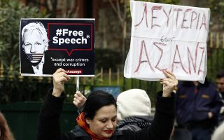 Διαμαρτυρία και ανοιχτό κάλεσμα σε εκδήλωση συμπαράστασης στον ιδρυτή των Wikileaks Julian Assange μπροστά στο κτίριο της Βρετανικής Πρεσβείας στην Αθήνα, ενόψει της έναρξης της δίκης του που θα αρχίσει στις 24 Φεβρουαρίου στο Λονδίνο, Σάββατο 22 Φεβρουαρίου 2020. ΑΠΕ-ΜΠΕ/ΑΠΕ-ΜΠΕ/ΑΛΕΞΑΝΔΡΟΣ ΒΛΑΧΟΣ
