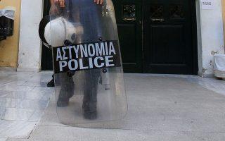 astynomikos-tis-di-as-diepraxe-11-listeies-me-to-ypiresiako-toy-pistoli0
