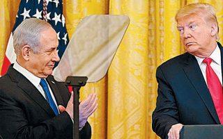 O Aμερικανός πρόεδρος ανακοίνωσε το «Σχέδιο του Αιώνα» έχοντας στο πλευρό του τον Ισραηλινό πρωθυπουργό. REUTERS/JOSHUA ROBERTS