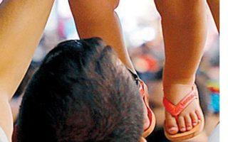 Οι νέοι μπαμπάδες ασχολούνται με τα παιδιά μία ώρα λιγότερη από τις μαμάδες. REUTERS
