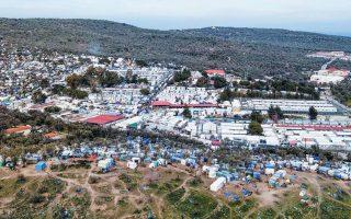 Αν και η κυβέρνηση βεβαιώνει ότι τα υφιστάμενα κέντρα φιλοξενίας θα κλείσουν όταν ανοίξουν τα νέα κλειστού τύπου, οι κάτοικοι των νησιών δεν την πιστεύουν – φοβούνται ότι στα υφιστάμενα θα προστεθούν τα νέα. Η εμπιστοσύνη είναι κάτι πολύ δυσεύρετο στην Ελλάδα. ASSOCIATED PRESS