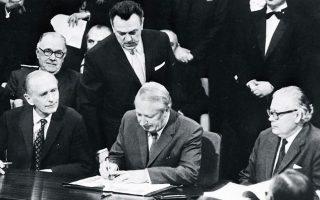 22.1.1972. Ο πρωθυπουργός Εντουαρντ Χιθ υπογράφει τη συνθήκη ένταξης της Βρετανίας στην ΕΟΚ. Η συνθήκη εγκρίθηκε µε δηµοψήφισµα το 1975. ASSOCIATED PRESS