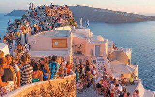 Το παράδειγμα της Σαντορίνης έχει συζητηθεί ευρέως στον ελληνικό και τον διεθνή Τύπο ως ακραίο παράδειγμα υπερτουρισμού. SHUTTERSTOCK