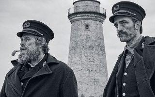 Ο Ρόμπερτ Πάτινσον (δεξιά) υποδύεται έναν νεαρό εργάτη, ο οποίος, στα τέλη του 19ου αιώνα, μεταβαίνει σε μια βραχονησίδα για να δουλέψει σε έναν φάρο. Εκεί θα συναντήσει τον Τόμας (Γουίλεμ Νταφόε), έναν μισότρελο, εμμονικό φαροφύλακα. Οι δύο άνδρες –αναπόφευκτα– θα συγκρουστούν.