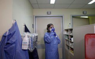 Γιατρός επιδεικνύει την εφαρμογή μέσων προστασίας του ιατρικού προσωπικού