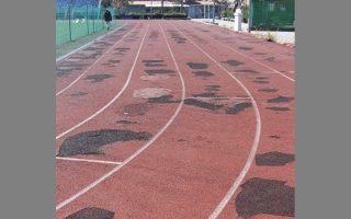 Το Δημοτικό Αθλητικό Κέντρο Π. Φαλήρου εξυπηρετεί πολύ μεγάλο αριθμό αθλητών και αθλουμένων. Προ των δημοτικών εκλογών τοποθετήθηκαν μπαλώματα, όμως σύντομα άρχισαν να καταστρέφονται...