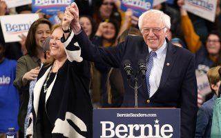 O Μπέρνι Σάντερς, με τη σύζυγό του Τζέιν στο πλευρό του, ευτυχισμένος μετά τη νίκη του στις προκριματικές εκλογές στο Νιου Χαμσάιρ. REUTERS/RICK WILKING