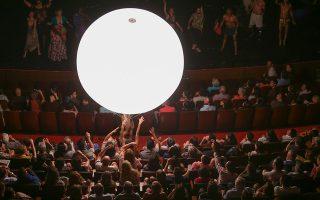 Το φωτεινό μπαλόνι, σήμα κατατεθέν της παράστασης, συνεπήρε το κοινό του Σαντιάγο, το οποίο υποδέχθηκε με θέρμη το έργο του Αριστοφάνη. NATALIA ESPINA