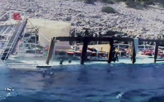 Το ημιβυθισμένο σκαρί του τουρκικού τουριστικού σκάφους «Summer Breeze» στις βραχώδεις ακτές του Φαρμακονησίου.