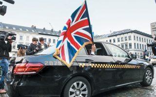 Στη φωτογραφία, ο Βρετανός ευρωβουλευτής του Brexit Τζόναθαν Μπούλοκ αποχωρεί με τη βρετανική σημαία από το Ευρωκοινοβούλιο.