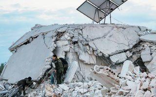Στη φωτογραφία, Σύροι αναζητούν θύματα των βομβαρδισμών που μετέτρεψαν σε σωρούς ερειπίων κατοικίες στην πόλη Σαρμίν.
