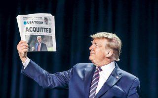 Ο Ντόναλντ Τραμπ επιδεικνύει εφημερίδα που αναγγέλλει την απαλλαγή του από τη Γερουσία. Ο Αμερικανός πρόεδρος χαρακτήρισε «διεφθαρμένους» τους ηγέτες των Δημοκρατικών, «φρικτό άτομο» τη Νάνσι Πελόσι, ενώ εμφάνισε ως μυστικό οπαδό της αντίπαλης παράταξης τον Ρεπουμπλικανό γερουσιαστή Μιτ Ρόμνεϊ, ο οποίος τάχθηκε υπέρ της καθαίρεσής του.