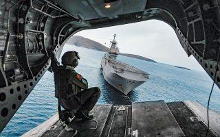 Το γαλλικό ελικοπτεροφόρο «Ντιξμούντ», όπως φαίνεται από ελικόπτερο τύπου «Σινούκ» της ελληνικής αεροπορίας στρατού, το οποίο μόλις απογειώθηκε. Η φωτογραφία ελήφθη χθες, κατά τη διάρκεια της άσκησης Ελλάδας, ΗΠΑ και Γαλλίας στη Σκύρο με την ονομασία «Μέγας Αλέξανδρος 2020».  Η άσκηση άρχισε στις 27 Ιανουαρίου και σε αυτή συμμετείχαν αεροπορικές και ναυτικές μονάδες, καθώς και τμήματα ειδικών δυνάμεων.