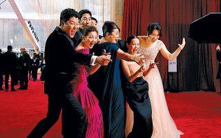Τα «Παράσιτα» έγραψαν Ιστορία στη χθεσινή τελετή απονομής των βραβείων Οσκαρ. Εγιναν η πρώτη μη αγγλόφωνη ταινία που κατακτά τον τίτλο του κορυφαίου φιλμ της χρονιάς, με τον Κορεάτη σκηνοθέτη της, Μπονγκ Τζουν Χο, να βραβεύεται επίσης αποκτώντας τα αγαλματίδια σκηνοθεσίας, πρωτότυπου σεναρίου και διεθνούς φιλμ. Ο Χοακίν Φίνιξ και η Ρενέ Ζελβέγκερ επιβεβαίωσαν τις προβλέψεις για τα βραβεία Α΄ανδρικού και Α΄γυναικείου ρόλου.