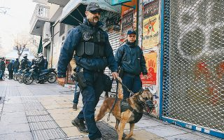 Σε εφαρμογή ετέθη από χθες το επικαιροποιημένο σχέδιο αστυνόμευσης της περιοχής των Εξαρχείων. Προβλέπει μείωση της παρουσίας των ΜΑΤ στην πλατεία και στα γύρω στενά και αντικατάστασή τους από πεζές περιπολίες με τη συμμετοχή και αστυνομικών σκύλων «K-9». Στην περιοχή θα περιπολούν καθημερινά συνολικά 90 αστυνομικοί, 30 ανά βάρδια. Το σχέδιο περιλαμβάνει ακόμη και το drone της ΕΛ.ΑΣ., το οποίο μεταδίδει σε πραγματικό χρόνο εικόνα στο κέντρο επιχειρήσεων της ΓΑΔΑ.