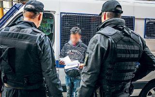 Στην προσαγωγή 130 αλλοδαπών από την οδό Μενάνδρου και τους γύρω δρόμους, στο κέντρο της Αθήνας, προχώρησαν χθες αστυνομικοί στο πλαίσιο μεγάλης επιχείρησης «σκούπας», η οποία οργανώθηκε έπειτα από τη φονική συμπλοκή μελών αντίπαλων συμμοριών το απόγευμα της Πέμπτης, που οδήγησε στον θάνατο 23χρονου Αφγανού και στον σοβαρό τραυματισμό 25χρονου ομοεθνούς του.