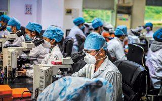 Κινέζοι επιστήμονες στο εργαστήριο γενετικής Ντα Αν στην Γκουανγκζού εργάζονται νυχθημερόν για την καταπολέμηση του φονικού κορωνοϊού, ο οποίος έχει κοστίσει τη ζωή σε περισσότερους από 2.000 ανθρώπους.