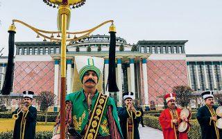 Η ιστορική μπάντα του τουρκικού στρατού παίζει μουσική στη διάρκεια τελετής για τα εγκαίνια της Εθνικής Βιβλιοθήκης μέσα στο προεδρικό παλάτι, που φιγουράρει στο φόντο, στην Αγκυρα. Ο Τούρκος πρόεδρος Ταγίπ Ερντογάν παρουσίασε χθες ένα ακόμη φιλόδοξο όσο και ογκώδες έργο υποδομής, διανθισμένο με τον εθνικιστικό μεγαλοϊδεατισμό του. Το κτίριο έχει οικοδομηθεί σε έκταση 125.000 τετραγωνικών μέτρων και έχει χωρητικότητα 5.000 ατόμων.