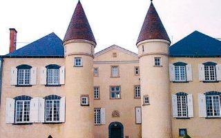 Επειτα από 16 χρόνια, πωλήθηκε, στις αρχές του μήνα, ο πύργος του πρώην προέδρου της Γαλλίας Βαλερί Ζισκάρ ντ' Εστέν στην Οβέρνη της κεντρικής Γαλλίας. Το Chateau de Varvasse έχει εμβαδόν 1.000 τετραγωνικών μέτρων και δεσπόζει σε έκταση σχεδόν 56 στρεμμάτων. Παραμένει άγνωστο ποιο αντίτιμο εισέπραξε ο πρώην πρόεδρος, αλλά οι επαΐοντες εκτιμούν πως το τίμημα κυμάνθηκε μεταξύ 1 και 1,5 εκατομμυρίου ευρώ, παρότι η αρχική τιμή πώλησης το 2004 προσέγγιζε τα 2,9 εκατομμύρια.