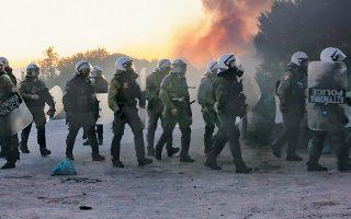 «Πολεμικό» σκηνικό συνόδευσε την άφιξη ισχυρών αστυνομικών δυνάμεων στη Λέσβο –όπως και στη Χίο– καθώς κάτοικοι είχαν προετοιμάσει «θερμή» υποδοχή. Τα επεισόδια συνεχίστηκαν καθ' όλη τη διάρκεια της ημέρας χθες.