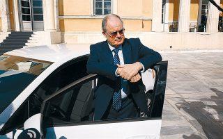 Η λεζάντα του πρακτορείου λέει ότι ο πρόεδρος της Βουλής Κωνσταντίνος Τασούλας «δοκιμάζει ένα ηλεκτρικό αυτοκίνητο στο προαύλιο της Βουλής». Και διαπίστωσε, να προσθέσω εγώ, ότι η πόρτα αντέχει θαυμάσια το βάρος του...