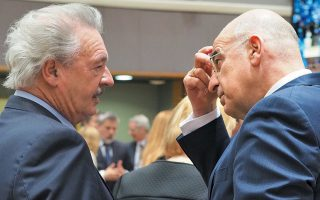 Ιδού, θαυμάστε την Ευρώπη των αντιθέσεων που συνυπάρχουν αρμονικά! Το ανεμοδαρμένο μαλλί του Λουξεμβούργιου υπουργού Εξωτερικών Ζαν Ασελμπορν με το καθόλου μαλλί του δικού μας υπουργού. Ποια καλύτερη εικόνα για τη δυνατότητα της Ευρώπης να γεφυρώνει τις αντιθέσεις; (Στα της κομμωτικής τουλάχιστον, αλλά κι αυτό δεν είναι μικρό...) Κατά πληροφορίες μου, το συγκεκριμένο εφέ στο μαλλί του κ. Ασελμπορν οφείλεται στο ότι έχει πάντοτε ένα συνεργάτη του με επαγγελματικό σεσουάρ (και φορητή γεννήτρια, ασφαλώς), σε απόσταση δύο μέτρων, εκτός φωτογραφικού πλάνου, ώστε να επιτυγχάνεται το συγκεκριμένο αποτέλεσμα. Ωστόσο, για τα μακρινά πλάνα, μου λένε, ο κ. Ασελμπορν νοικιάζει από εταιρεία κινηματογραφικών παραγωγών ειδική τουρμπίνα προσαρμοσμένη σε ημιφορτηγάκι. Εξυπακούεται ότι υπό αυτές τις συνθήκες το κόστος είναι μεγάλο, γι' αυτό και ο κ. Ασελμπορν σπανίως φωτογραφίζεται από απόσταση...